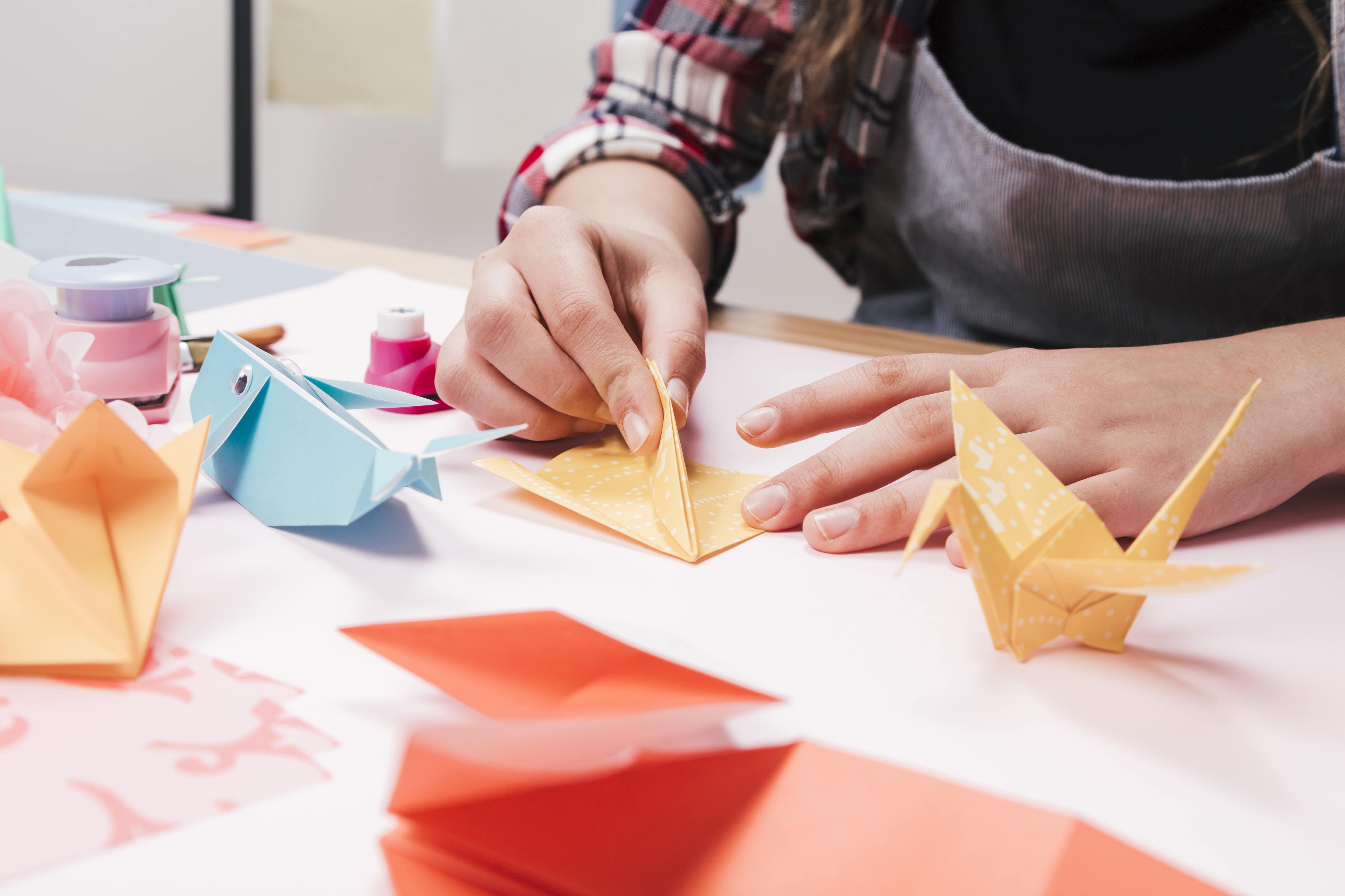 manos haciendo papiroflexia para niños
