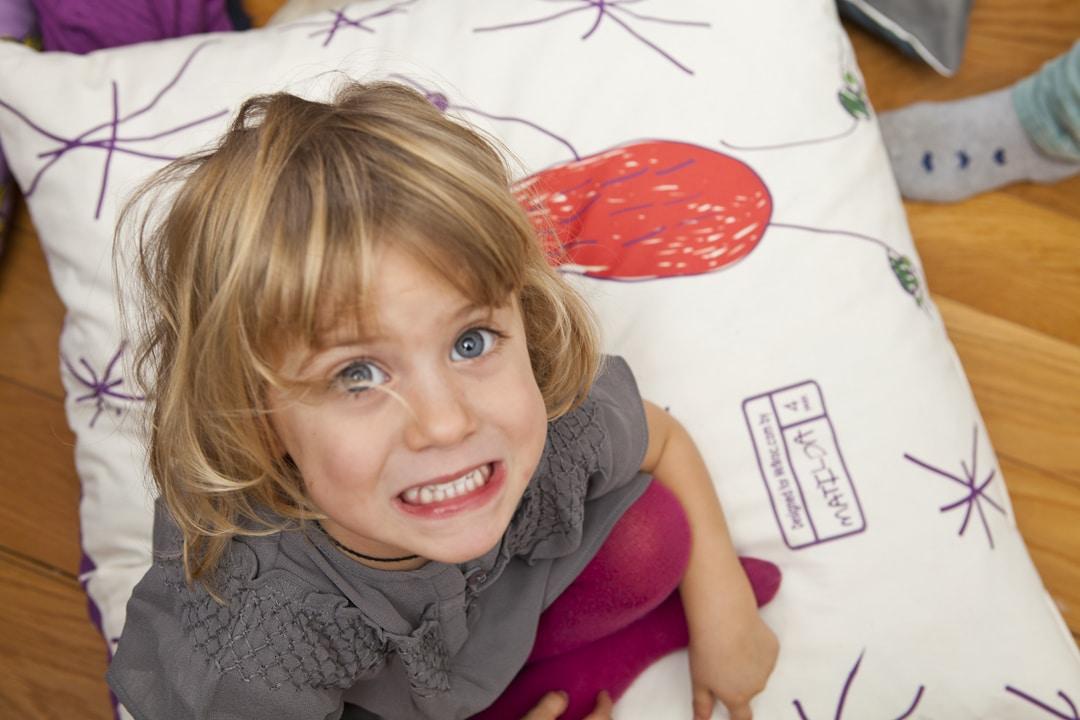 Niña sonriente jugando en casa