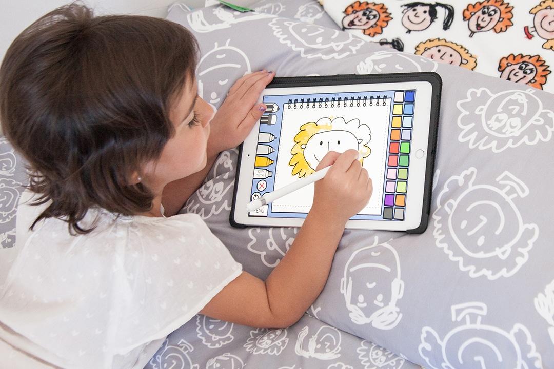 niña dibujando en una tablet