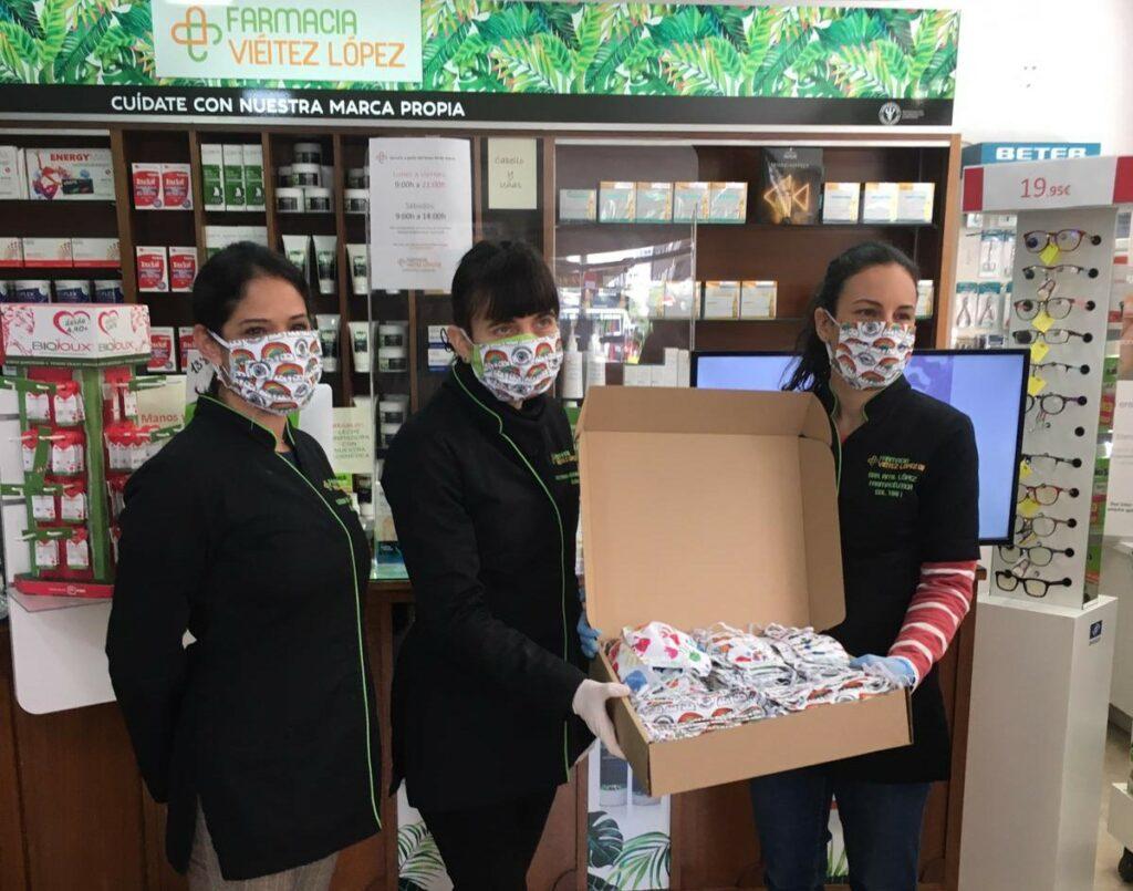 Entrega mascarillas solidarias en farmacia de Vigo